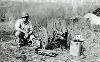 WWII photo American Marine at captured Japanese 70-mm battalion howitzer Typ/16d
