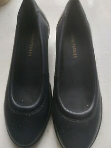 WOMAN   SHOES    SIZE   4    HEAVENLY   SOLES