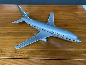 Topping Models Boeing 737 1/100