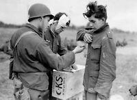 Photo guerre WW2 soldats allemands et prisonnier français format 10x15 cm n484