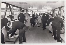 1970 PRESS PHOTO - Heathrow Airport, police make security checks, hi-jack threat