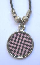DAMIERS NOIR ET ROSE pendentif métal avec cordon noir et fermeture fixe