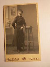 Ried O. Oest. - stehende Frau in Kulisse / CDV
