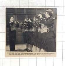 A4 Poster-Homme dans un masque à gaz regardant un zombie à travers une fenêtre photo print
