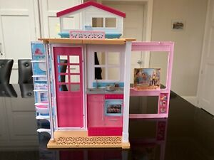 Barbie foldable house. Good condition.
