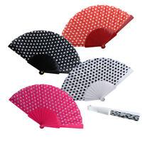 Un éventail tissu - blanc, noir, rouge ou rose - Léger, discret et très efficace