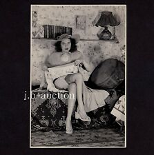 STYLISH WOMAN'S UPSKIRT TEASING Kelim FRAU ZEIGT SCHENKEL * Vintage 30s Photo