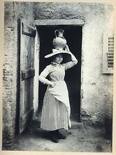 PHOTO VINTAGE 1890 : REGIONALISME TYPE FEMME CHAPEAU PICHET PORTE argentique