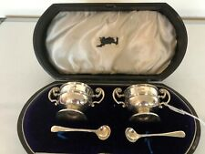 CASED PAIR OF 2 HANDLED URN SHAPED SALTS WITH SPOONS (BIRMINGHAM 1903)