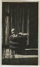 PHOTO ANCIENNE - VINTAGE SNAPSHOT - ENFANT FENÊTRE COUSSIN BÉBÉ - BABY PORTRAIT
