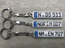 Schlüsselanhänger mit Wunschtext und Kennzeichen.