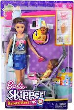 Barbie niñeras Muñeca Morena con bebé, accesorios y Cochecito de Niño FJB00