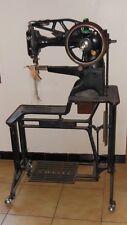 Rare ancienne machine à coudre de cordonnier sur table escalier - Singer