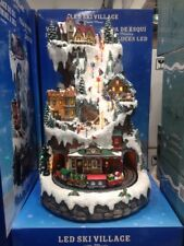 DEL hiver ski village scène avec Tournante Train Musique et décorations de Noël