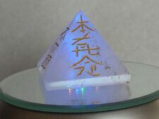 cristalloterapia PIRAMIDE PIETRA REIKI QUARZO IALINO SI ILLUMINA E GIRA LED luce