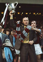 OLD LARGE PHOTO ASTON VILLA FC FOOTBALL, Ron Saunders holds the League Cup 1975
