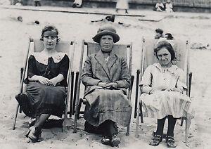 Kunstkarte/ Postcard: Mutter und Töchter im Urlaub am Strand