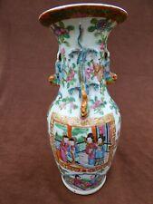CHINE. Vase balustre Chinois en porcelaine de Canton. Famille rose 19e siècle.