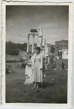 PHOTO ANCIENNE - VINTAGE SNAPSHOT - ITALIE ROME MAISON DES VESTALES FEMME MODE