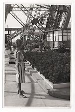 PHOTO ANCIENNE - PARIS TOUR EIFFEL Étage Souvenir Tourisme Femme Vers 1960