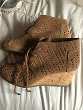 Toms 7.5 Wedge Boots NWOT Tan