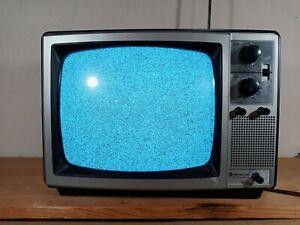 VINTAGE HITACHI IC SOLID STATE TV RECEIVER MODEL NO. M1211 WORKS