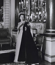Queen Elizabeth II 10 x 8 UNSIGNED photograph - P1042