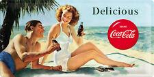 COCA COLA LAMIERA SCUDO XXL 25x50 cm Delicous pinup sulla spiaggia SCUDO Sign 27006