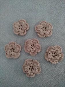 Lot de 6 fleurs au crochet en coton mercerisé , 3,5 cm , beige rosé .