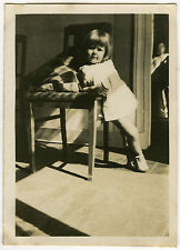 PHOTO - ENFANT FILLE CHAISE OMBRE MODE - GIRL CHAIR SHADOW - Vintage Snapshot