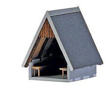HS Busch 1560 Bausatz für eine Schutzhütte mit Giebelwänden aus echtem Holz.