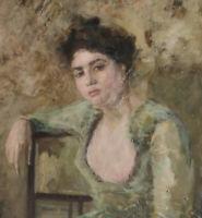 Portrait einer brünetten Dame mit grünem Kleid mit Arm über einem Stuhl