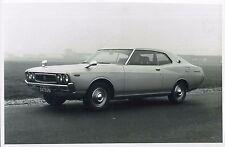 1973 DATSUN LAUREL 200L HARDTOP PRESSEBILD PRESSPHOTO PERSFOTO BILD *ORIGINAL*.