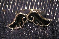 Precioso Anillo De Metal Tono Plateado con un bigote negro (!) Diseño:)