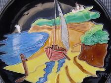 Assiette céramique décor relief bateaux signée Tess