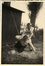 PHOTO ANCIENNE - VINTAGE SNAPSHOT - COUPLE BAGARRE GAG BLAGUE DRÔLE - FIGHTING