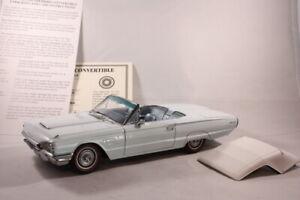 Danbury Mint 1965 Blue Ford Thunderbird Convertible - Model Car 1:24 Scale