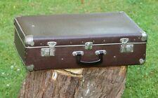 Ancienne valise en carton marron avec renforts chromés
