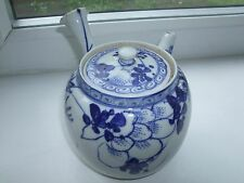 19TH CENTURY CHINESE SMALL BLUE AND WHITE TEA POT WITH INSIDE STRAINER
