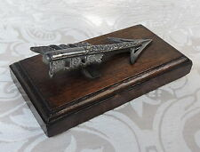Antico fermacarte a forma di freccia  Arrow Paperweight on a Oak Base England
