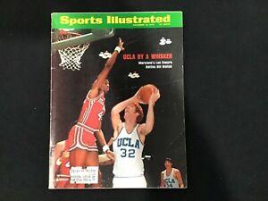 SPORTS ILLUSTRATED - December 10, 1973 - UCLA Bill Walton battles Len Elmore