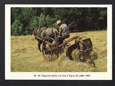 FIGEAC (46) AGRICULTEUR à la FENAISON avec MACHINE AGRICOLE RATELEUSE en 1988