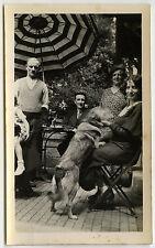 PHOTO ANCIENNE - VINTAGE SNAPSHOT - CHIEN FLOU DRÔLE PARASOL JARDIN - DOG FUNNY