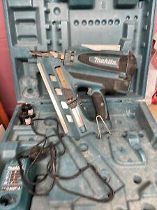 Makita GN900 nail gun with 2 Li-ion batteries and battery pack (102884)
