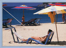 THAILANDE Basking in the warmth of Sunny Jeune femme seins nus sous le parasol