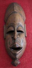 Petit masque africain en bois clair sculpté