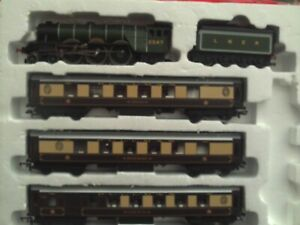 """HORNBY DCC READY CLASS A1 """"DONCASTER"""" & 3 CAR """"SHEFFIELD PULLMAN""""TRAIN PACK NEW"""