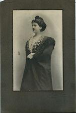 Photo portrait de Fanie Riqueau vers 1910 arlésienne en manteau / ruban Arles