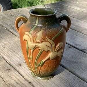 ROSEVILLE POTTERY ZEPHYR LILY VASE. DBL HANDLE. BROWN/GREEN. 134-8. USA