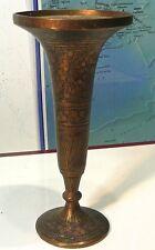 Superbe vase oriental ancien en laiton ciselé,